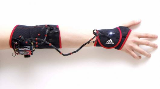 brazalete muscular que enseña a practicar deportes